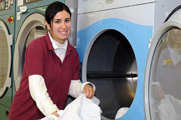 Eine Fachpraktiker/in Hauswirtschaft in der Wäscherei