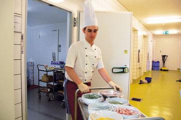 Fachpraktiker Küche an einem Kühlhaus der Großküche