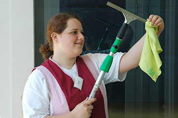 Auszubildende zur Fachpraktikerin Hauswirtschaft bei der Fensterreinigung