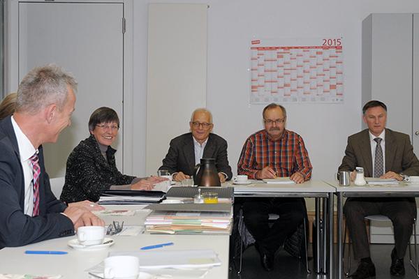 Zur Organisation des Anna Haag Mehrgenerationenhauses gehört ein ehrenamtlicher Aufsichtsrat, hier bei einer Sitzung zu sehen.