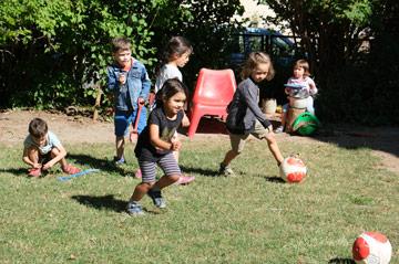Die Kinder verbringen ganzjährig viel Zeit in der Natur.